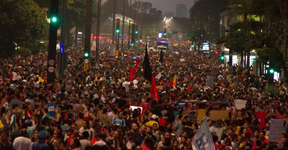 15.mar.2017 - Trabalhadores e integrantes de centrais sindicais e diversas outras entidades protestam na avenida Paulista, em São Paulo, contra as reformas da Previdência e Trabalhista