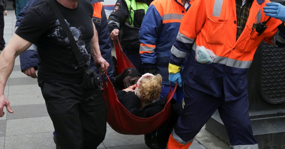 3.abr.2017 - Ferido é socorrido por equipes de emergência do lado de fora da estação de metrô Sennaya Ploshchad, em São Petersburgo, na Rússia, após explosões deixarem mortos e feridos