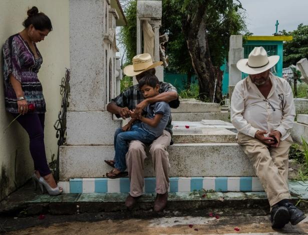 Familiares e amigos de Pedro Tamayo Rosas, jornalista que foi assassinado, em momento de silêncio de seu funeral