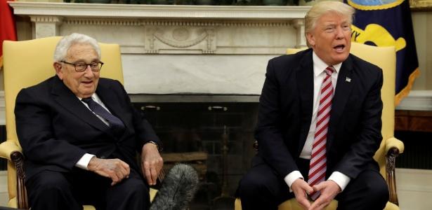 Ao lado do ex-secretário de Estado Henry Kissinger. Trump fala com a imprensa na Casa Branca
