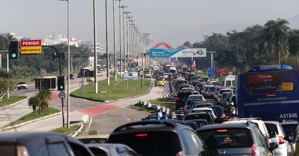30.jun.2017 - Protesto convocado por centrais sindicais e movimentos sociais provoca longo engarrafamento na via de acesso ao Aeroporto Internacional Tom Jobim, o Galeão, na zona norte carioca