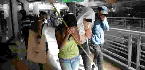 6.jul.2017 - Manifestantes da oposição se cobrem dentro de shopping center em Caracas, na Venezuela - Federico Parra/AFP - Federico Parra/AFP