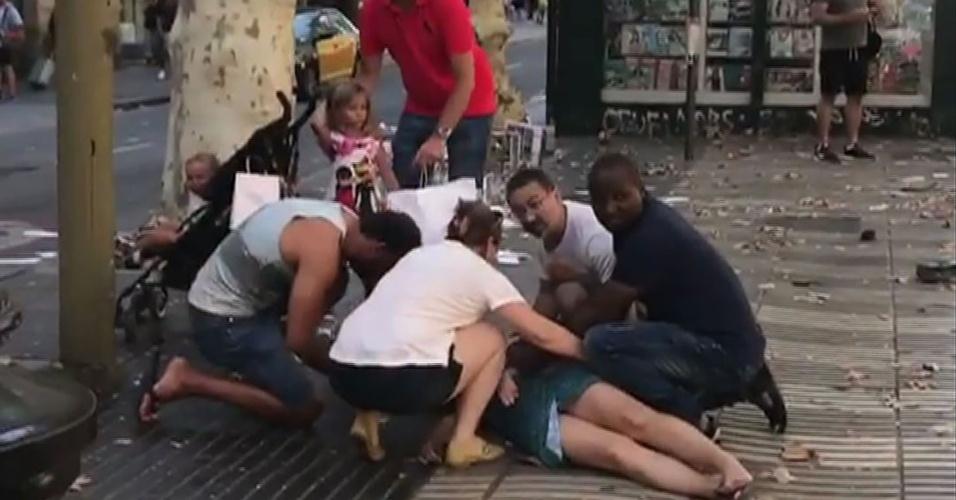 17.ago.2017 - Mulher caída no calçadão de Barcelona após ataque terrorista que deixou 13 mortos e cem feridos