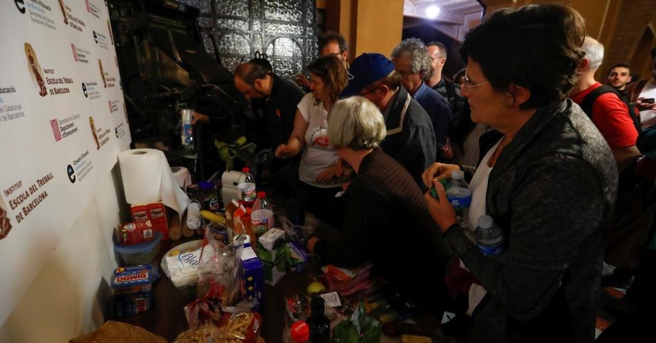 1.out.2017 - Pessoas preparam café da manhã dentro de uma escola industrial ocupada para garantir que, neste domingo (1º), o local possa servir como sessão de votação do referendo da independência