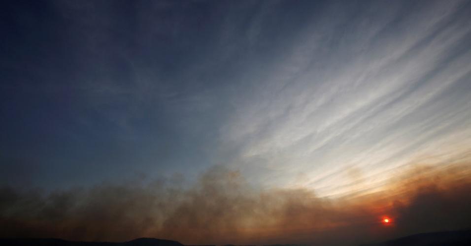 25.out.2017 - Fumaça de incêndio na Chapada dos Veadeiros durante o por do Sol em Alto Paraíso (GO). Com uma visitação de cerca de 60 mil pessoas por ano, o parque teve seus limites triplicados em junho pelo governo federal, passando de 65 mil hectares para 240 mil hectares