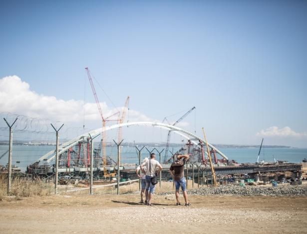 Nova ponte para a Rússia pode ser vista de Kerch, na península de Crimeia