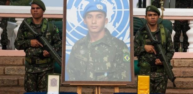 Condecoração póstuma do cabo Mikami, morto com tiro no rosto durante ação na Maré