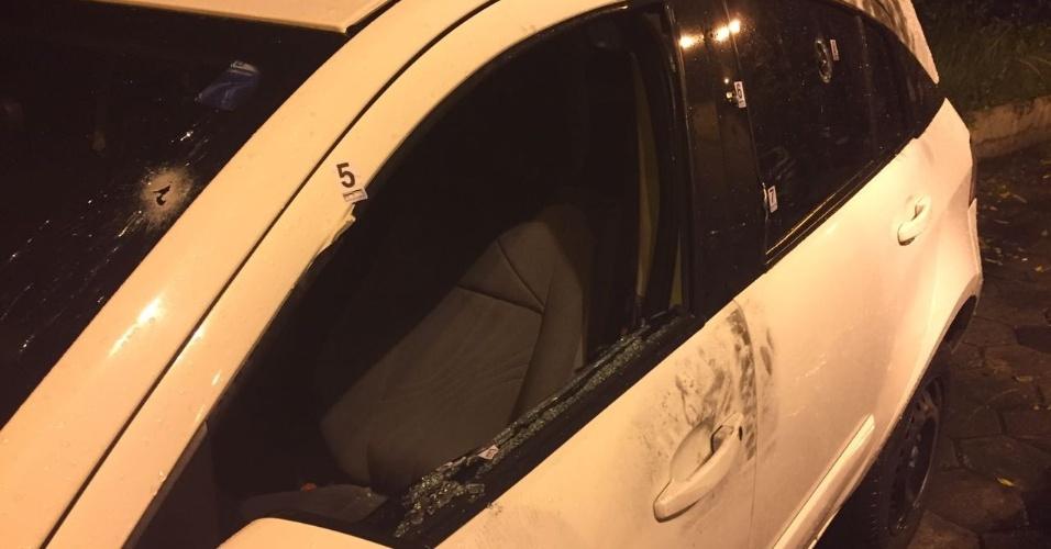 Resultado de imagem para Marcas dos tiros no carro da vereadora