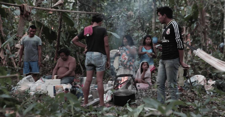 Os manokis reunidos em torno da cozinha improvisada na mata durante expedição à sua terra tradicional, em outubro de 2017