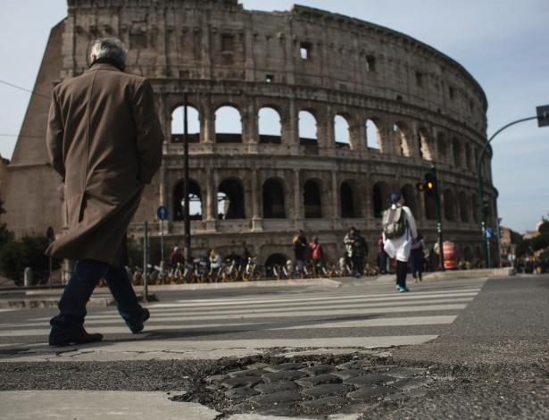 Buraco em rua em frente ao Coliseu, em Roma