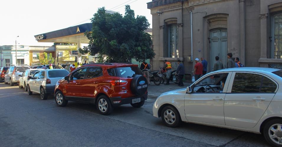 Brasileiros formam filas para comprar combustível na cidade de Rivera, no Uruguai, nesta terça-feira (29). A greve dos caminhoneiros provocou desabastecimento nos postos de combustíveis de Santana do Livramento, na fronteira oeste do Rio Grande do Sul. Com isso, centenas de brasileiros compram gasolina no país vizinho, onde o litro é vendido por cerca de R$ 8