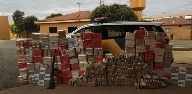 Polícia Rodoviária apreendeu 1.363 tijolos de pasta base de cocaína e um fuzil calibre 762 em Borborema - Divulgação/Polícia Militar Rodoviária SP