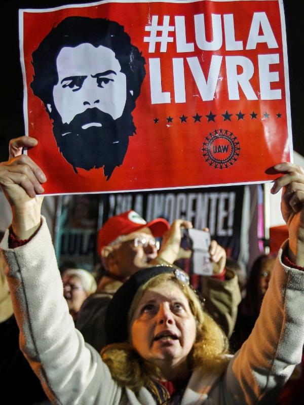 Apoiadores do ex-presidente, Luiz Inácio Lula da Silva, fazem vigília em frente a Superintendência da Polícia Federal no Paraná