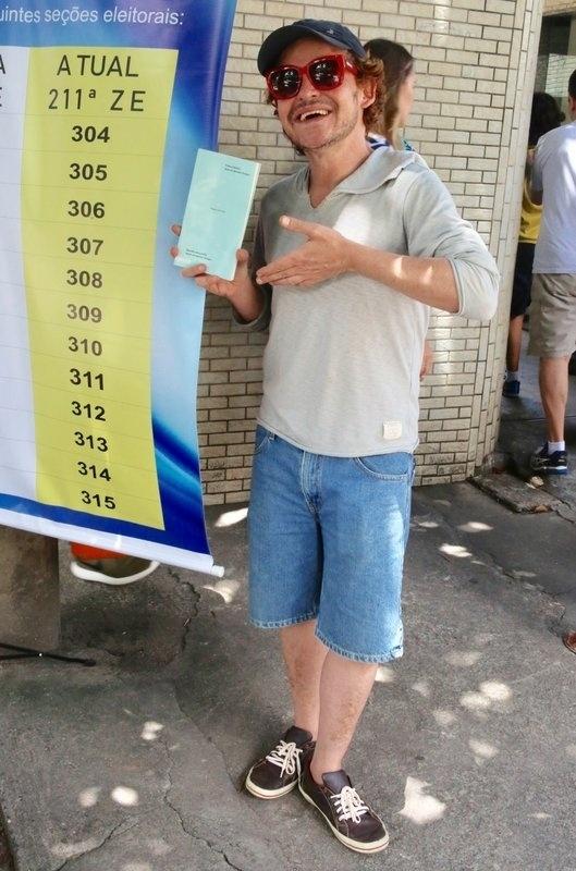28.out.2018 - O ator Matheus Nachtergaele vota no Rio de Janeiro (RJ)