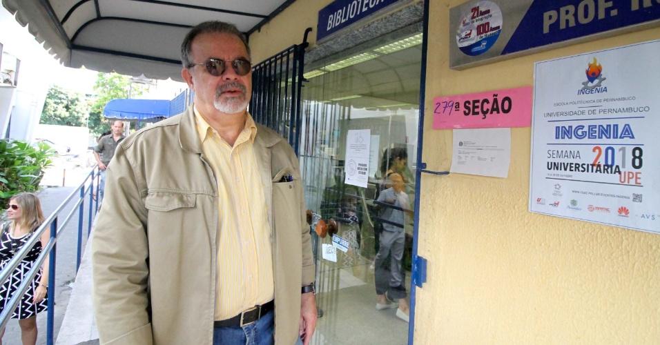 28.out.2018 - O Ministro da Defesa, Raul Jungmann vota no segundo turno das Eleições 2018 na Escola Politécnica, na Zona Oeste do Recife (PE)