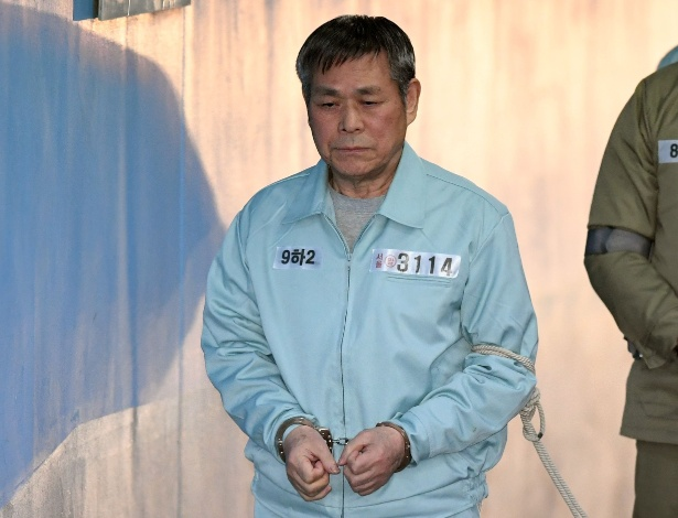 22.nov.2018 - Lee Jaerock é levado para tribunal em Seul - Jung Yeon-je / AFP
