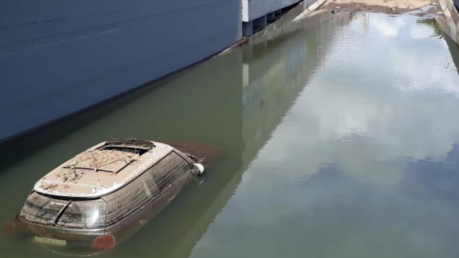 Carro submerso no Av. Armando Lombardi, na Barra da Tijuca, após tempestades que atingiram Rio no dia 6 - Alexandre Durão/Estadão Conteúdo