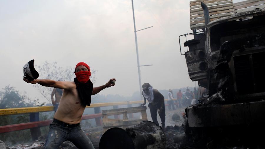 23.fev.2019 - Confronto e danos na ponte Francisco de Paula Santander, na fronteira entre a Venezuela e a Colômbia - Marco Bello/Reuters