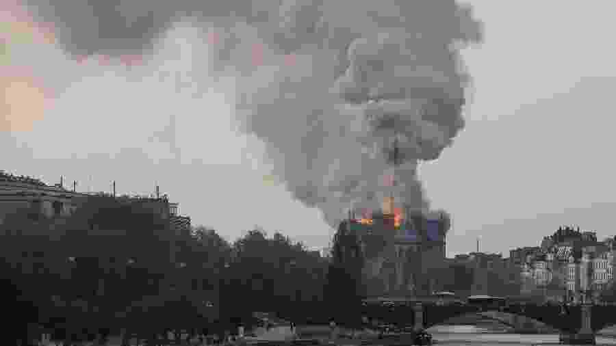 15.abr.2019 - Fumaça sobe enquanto chamas atingem a famosa Catedral de Notre-Dame, no centro de Paris - Francois Guillot/AFP