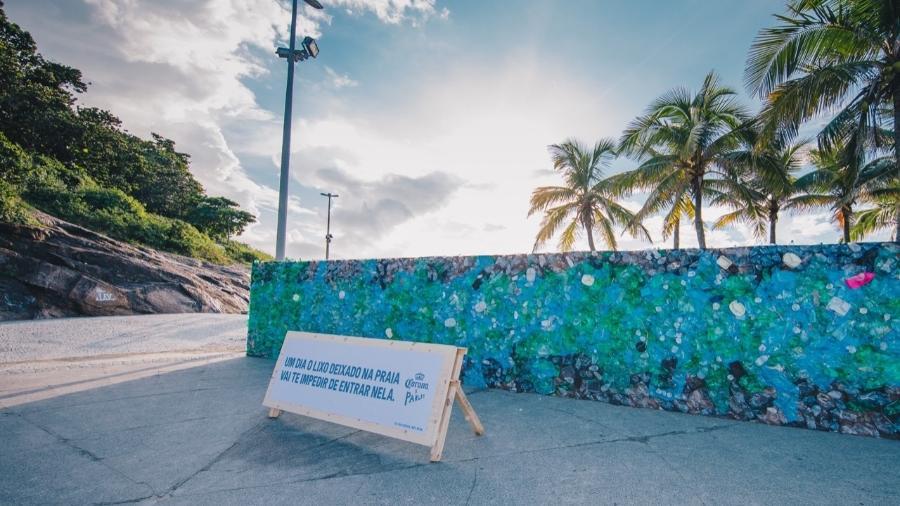 Corona ergueu um muro de lixo de 15 metros de comprimento na praia do Arpoador, no Rio de Janeiro - Divulgação/Raul Aragão