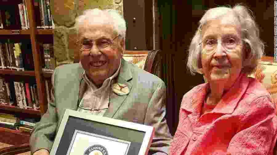 Casal dos EUA é o mais velho do mundo: John, de 106, e Charlotte, de 105 - reprodução/CNN