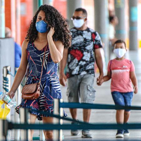 08/04/2020 -Coronavírus: Pessoas utilizam máscaras de proteção na rua em Fortaleza (CE) - RONALDO OLIVEIRA/AGÊNCIA O DIA/ESTADÃO CONTEÚDO