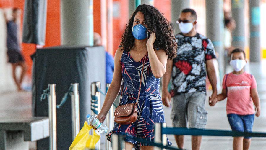Pessoas utilizam máscaras de proteção na rua em Fortaleza, capital do Ceará - Ronaldo Oliveira - 8.abr.2020/Agência O Dia/Estadão Conteúdo