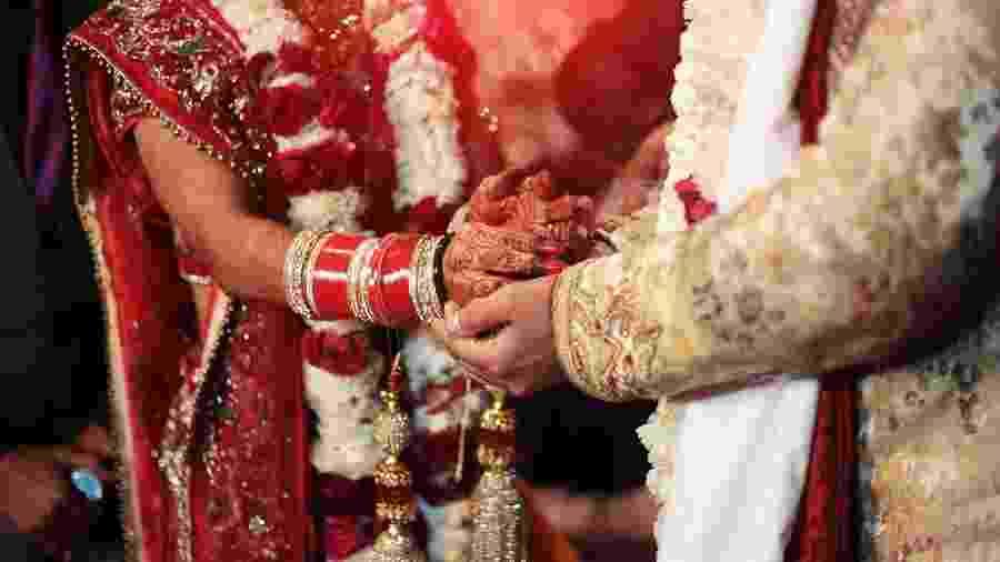 Mais de 400 pessoas acompanharam a cerimônia de casamento de um jovem de 26 anos que estava com sintomas da doença e morreu dois dias depois - Getty Images