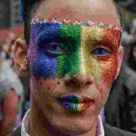 Homem com o rosto pintado na 22ª Parada LGBTQIA+ de São Paulo - iStock