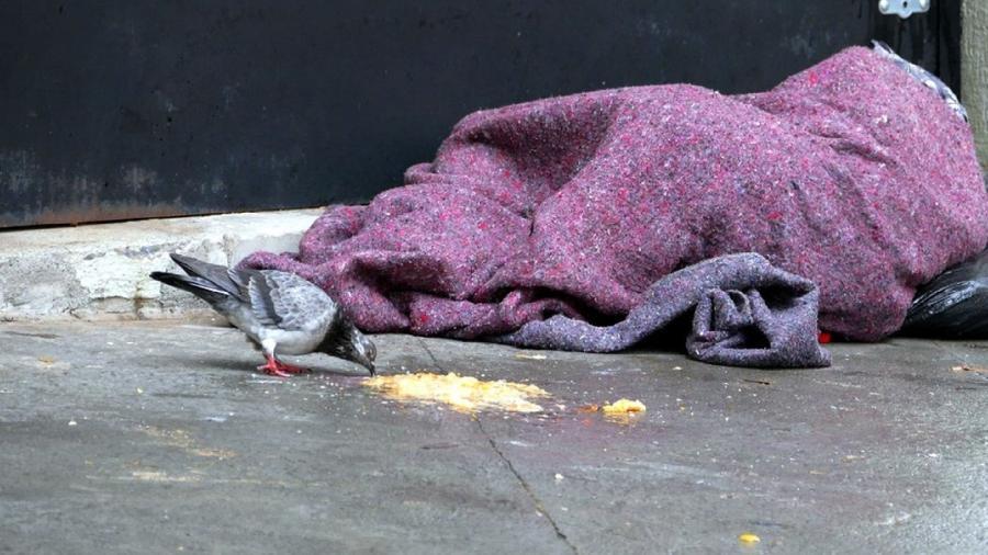 Morador de rua se abriga do frio em 28 de julho, que registrou início de baixas históricas de temperatura em SP - Jorge Araújo/Fotos Pública