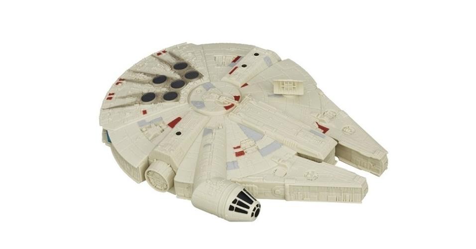 A rede de lojas de brinquedos Ri Happy vende produtos licenciados por várias marcas, como a Hasbro. Esta miniatura da Millennium Falcon tem aproximadamente 25cm de diâmetro e sai por R$ 59,79 no site da empresa