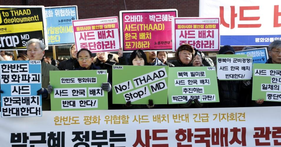 1º.fev.2016 - Manifestantes protestam contra a política militar oficial sul-coreana próximo à residência presidencial na capital Seul. O protesto pede o fim das negociações com os EUA para a instalação na Coreia do Sul do escudo antimísseis americano identificado pela sigla THAAD (Terminal High Altitude Area Defense)