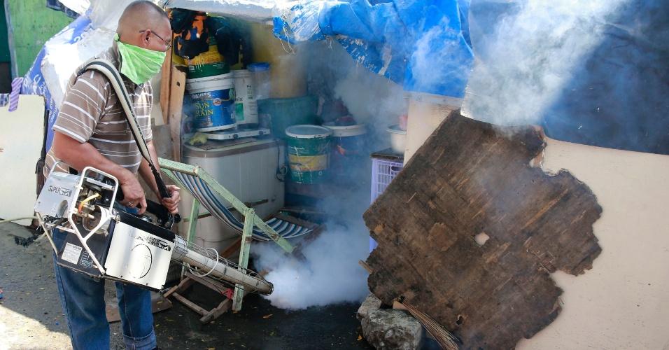 2.fev.2016 - Servidor municipal aplica fumigante em bairro de Paranaque, na região metropolitana de Manila, nas Filipinas, para prevenir a proliferação dos mosquitos Aedes. O Departamento de Saúde das Filipinas afirmou que o país ainda se mantém livre do vírus da zika, mas anunciou um aumento da vigilância, acrescentando que o arquipélago possui laboratórios para confirmar rapidamente a doença