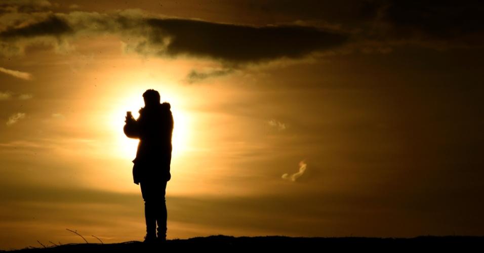3.fev.2016 - Homem tira uma foto durante belo pôr-do-Sol em Berlim, capital da Alemanha