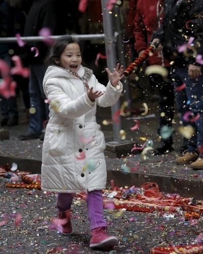 8.fev.2016 - Criança celebra o Ano-Novo Lunar em Chinatown, bairro de imigrantes chineses de Nova York. Marcando o início do Ano do Macaco no horóscopo chinês, o novo ciclo teve início à meia-noite na madrugada desta segunda-feira (8)