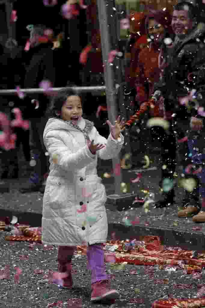 8.fev.2016 - Criança celebra o Ano-Novo Lunar em Chinatown, bairro de imigrantes chineses de Nova York. Marcando o início do Ano do Macaco no horóscopo chinês, o novo ciclo teve início à meia-noite na madrugada desta segunda-feira (8) - Brendan McDermid /Reuters