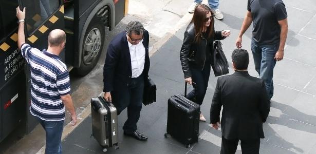O publicitário João Santana e sua mulher, Mônica Moura, chegam à PF para serem presos, em fevereiro