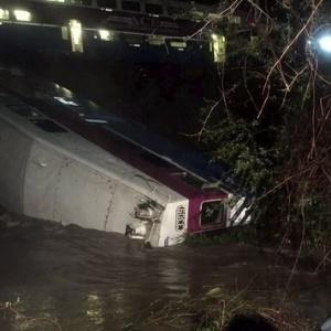 A causa do descarrilamento foi uma árvore caída sobre a linha férrea