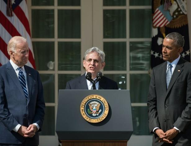 O juiz Merrick Garland (ao centro), 63, discursa nos jardins da Casa Branca, em Washington (EUA), após ser nomeado para a Suprema Corte dos Estados Unidos pelo presidente Barack Obama (à direita)