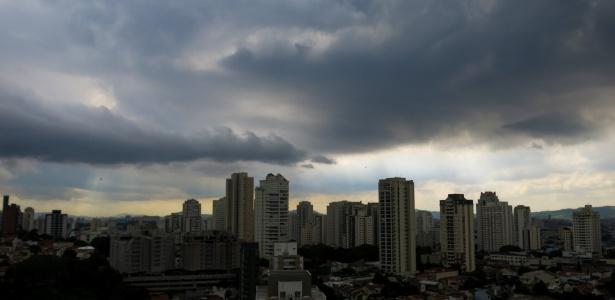Nuvens escuras cobrem a região da Pompeia, na zona oeste de São Paulo