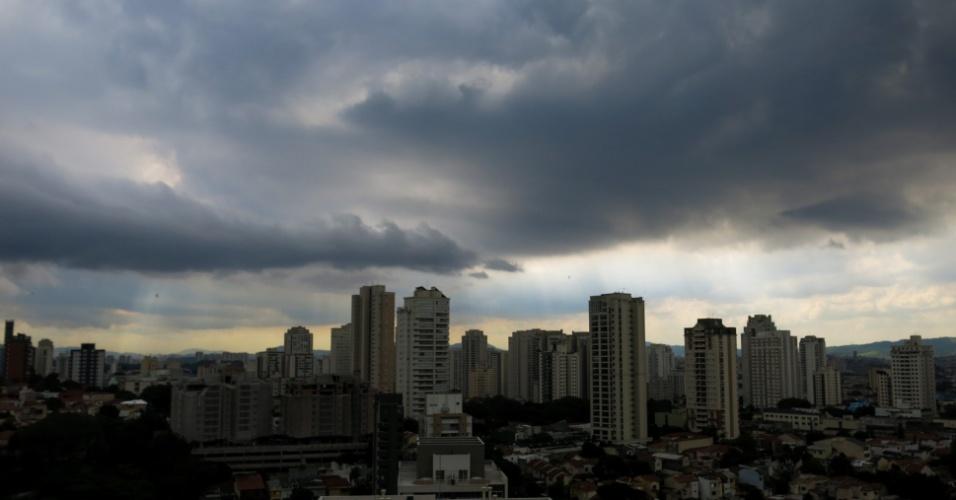 23.mar.2016 - Nuvens escuras cobrem a região da Pompeia, na zona oeste de São Paulo. O Centro de Gerenciamento de Emergência decretou estado de atenção para alagamentos nas zonas sul e oeste da capital paulistana nesta tarde