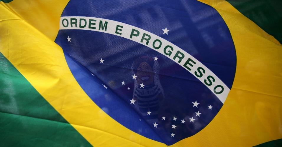 13.mar.2016 - Versão feminina do Pixuleco, boneco inflável que representa a presidente Dilma Rousseff com roupa de presidiária é visto atrás de bandeira do Brasil durante protesto contra o governo na avenida Paulista, em São Paulo