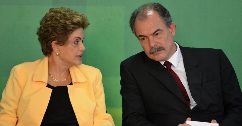 5.abr.2016 - A presidente Dilma Rousseff e o ministro da Educação, Aloizio Mercadante, conversam durante o lançamento da