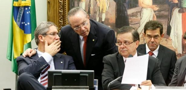 Maluf (C) conversa com presidente da comissão de impeachment, Rogério Rosso (E), durante leitura do parecer de Jovair Arantes, na quarta-feira