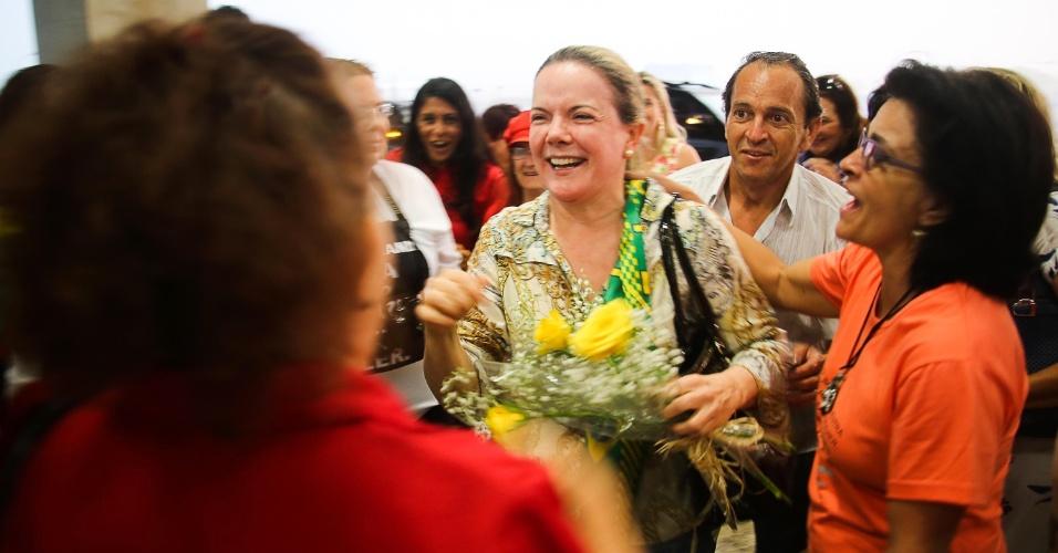 9.abr.2016 - A senadora Gleisi Hoffmann (PT) recebe flores de militantes a favor do governo de Dilma Rousseff ao chegar no aeroporto Afonso Pena, em São José dos Pinhais, região metropolitana de Curitiba (PR). Na quinta-feira (8), a senadora foi hostilizada por manifestantes pró-impeachment quando desembarcava na capital paranaense