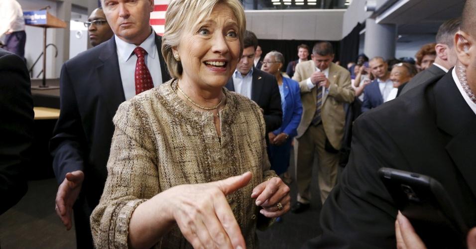 16.abr.2016 - Pré-candidata dos Democratas à presidência dos Estados Unidos, Hillary Clinton cumprimenta apoiadores de sua campanha após discursar em uma faculdade de Los Angeles, no Estado da Califórnia