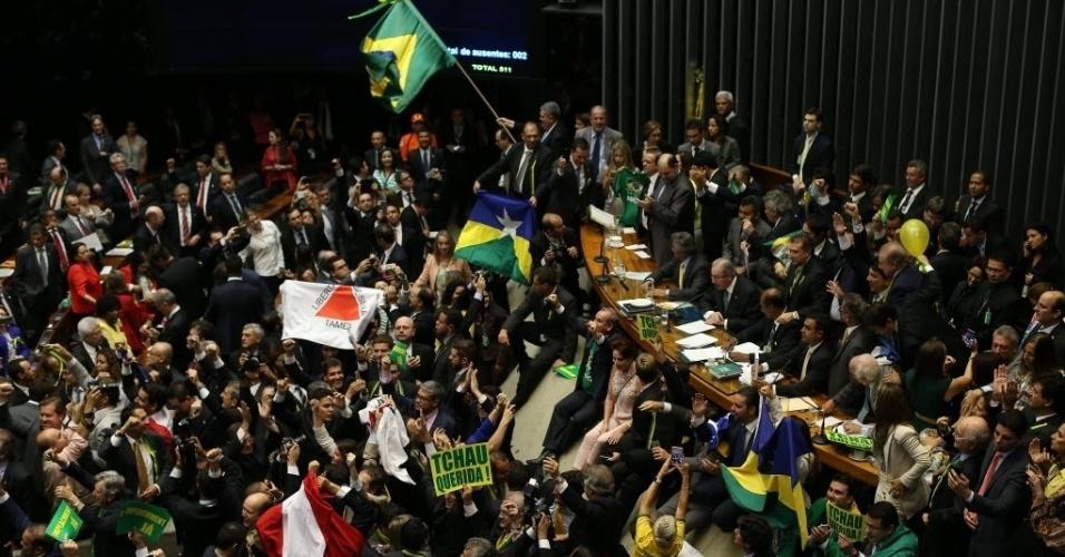 17.abr.2016 - Na Câmara, deputados agitam bandeiras do Brasil e de seus Estados após a aprovação da continuidade do processo de impeachment da presidente Dilma (PT). Oposição teve vitória importante no plenário