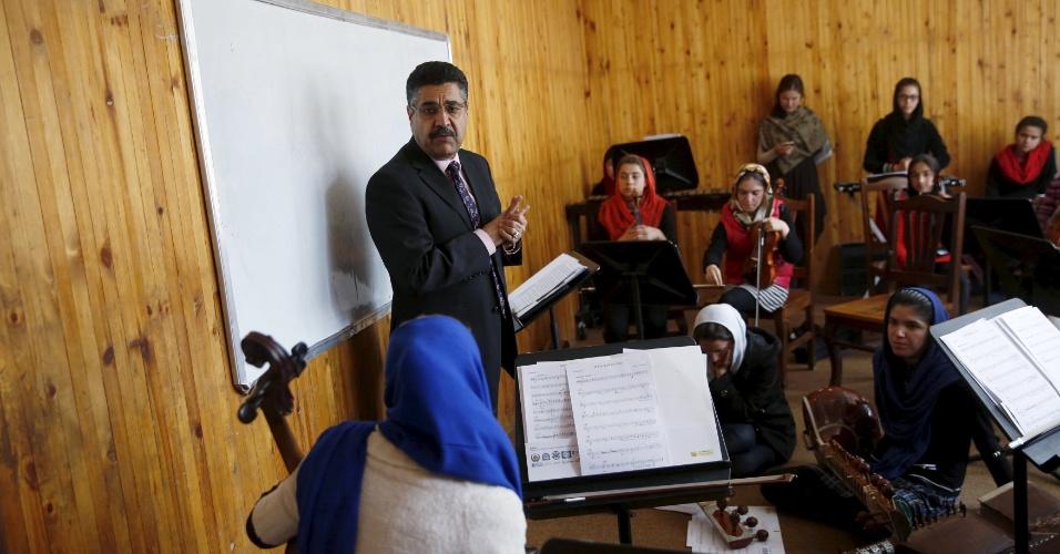 18.abr.2016 - O musicólogo Ahmad Naser Sarmast é o diretor do Instituto Nacional de Música do Afeganistão. Ele voltou da Austrália após a queda do Talibã para ajudar a fundar o Instituto, em 2010. Na imagem ele conversa com os membros da orquestra