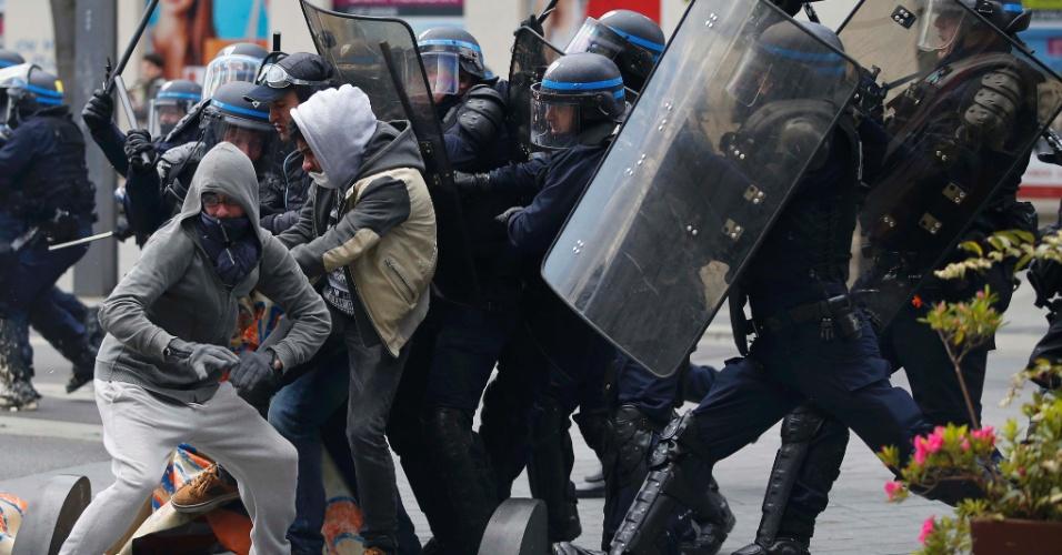 28.abr.2016 - Manifestantes e policiais entram em conflito em Nantes, França, durante protesto contra o projeto de reforma trabalhista proposta pelo governo de François Hollande. Sindicalistas bloqueiam estradas com barricadas e fogueiras enquanto trabalhadores e estudantes participam de nova greve em diferentes cidades francesas
