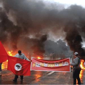 10.mai.2016 - Manifestantes contrários ao processo de impeachment da presidente Dilma Rousseff bloqueiam a rodovia RS-040, próximo ao pedágio de Águas Claras, em Viamão (RS) - Reprodução/ Twitter/ @vitoralvesrosa